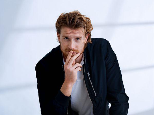 Muškarac duže crvene kose i brade