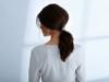Dunkelhaarige Frau trägt Ponytail mit Spange und einen toupierten Ansatz