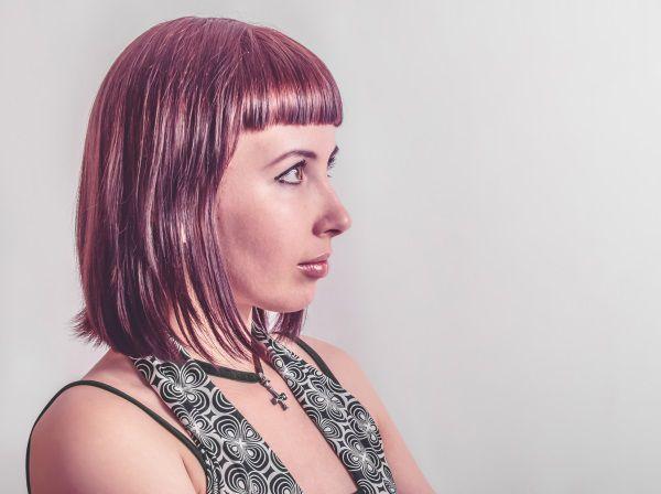 Donna con caschetto sopra le spalle e frangia corta