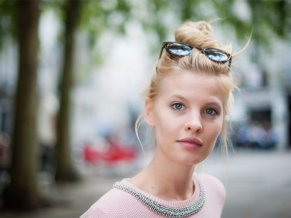 Blondynka w koku i okularach przeciwsłonecznych