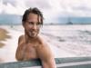 Surfer mit kurzen Haaren fallen die Ponysträhnen ins Gesicht