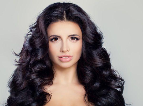 Donna con lunghi capelli in tonalità brack