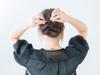 Braunhaarige Frau von hinten fotografiert trägt den umgekehrten Bauernzopf