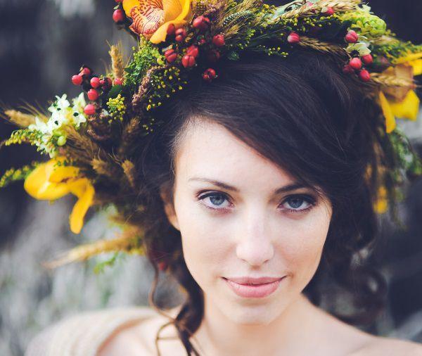 Donna acconciata per cerimonia con ghirlanda di fiori.