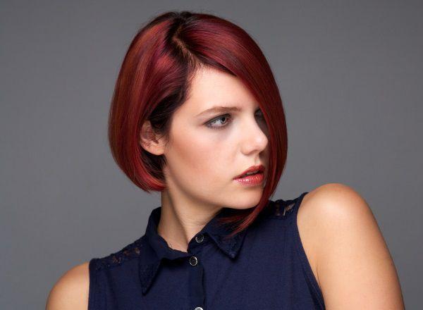 Donna con capelli rossi e caschetto scalato corto