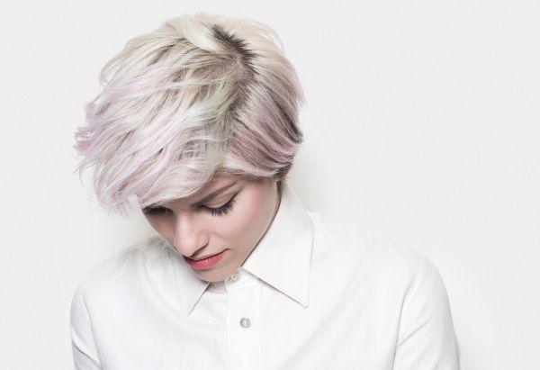 Donna con capelli color pastello bianco e rosa e taglio corto spettinato