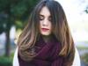 Dunkelhaariges Mädchen mit weinrotem Schal und offenen Haaren mit leichtem Hair-Contouring