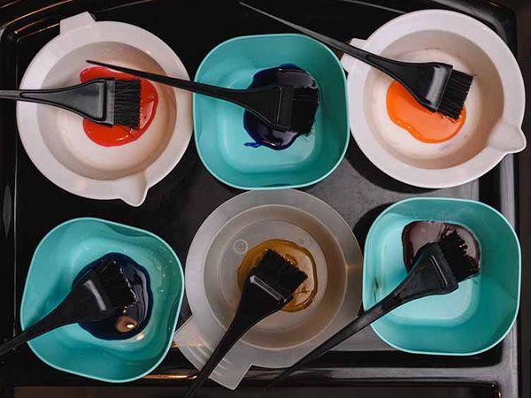 6 Haarfärbeschälchen mit Farbe und Pinsel