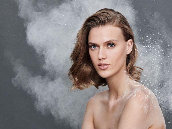 Frontaufnahme einer Frau mit halblangem Haar, die in die Kamera schaut