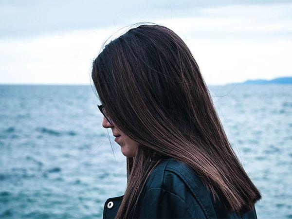 Frau mit längerem Haar und Wetlook