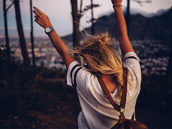 Rückansicht einer Frau, die ihr dünnes Haar als Frisur mit Highlights trägt