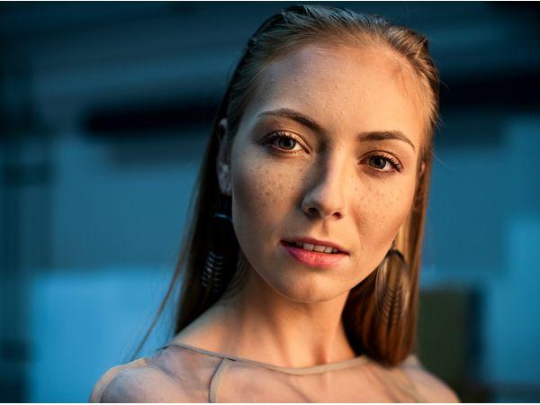 Femme blonde avec un wet look effet plaqué