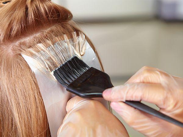 Nahaufnahme, wie Haaransatz nachgefärbt wird