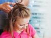 Blonde Frau lässt ihre Haare flechten