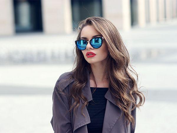 Frontansicht von einer Frau mit langen, welligen Haaren