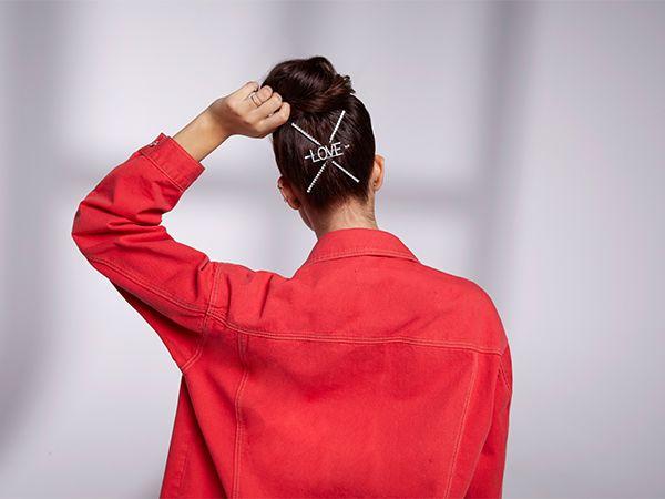 Dunkelhaarige Frau mit Duttfrisur und rotem Hemd