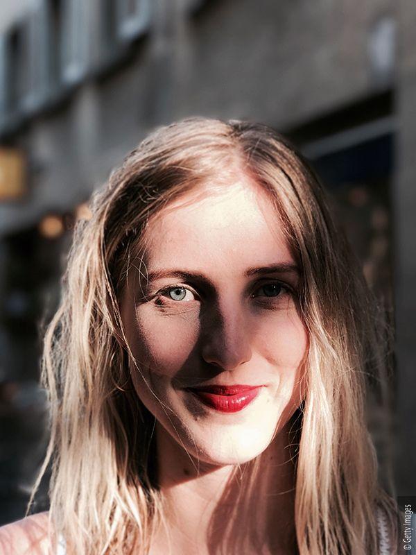 Kobieta z blond włosami i smugą światła na włosach