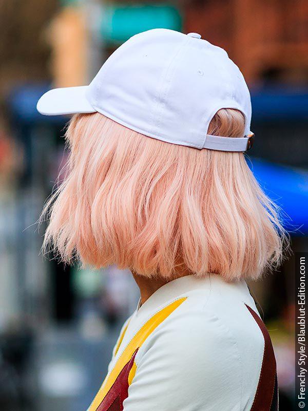 Žena s ružičasto-zlatnom kosom i kapom