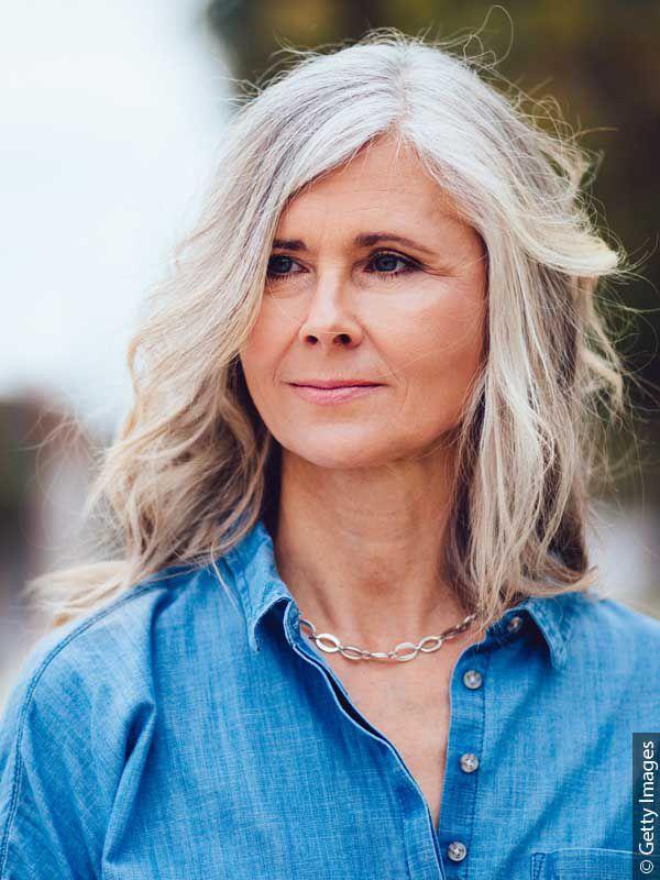 Donna con capelli argento lunghi sciolti e beach waves