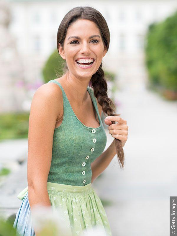 Donna vestita di verde con treccia laterale castana