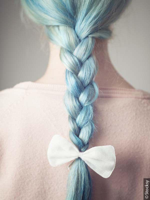 Donna di spalle con treccia azzurra centrale e fiocco