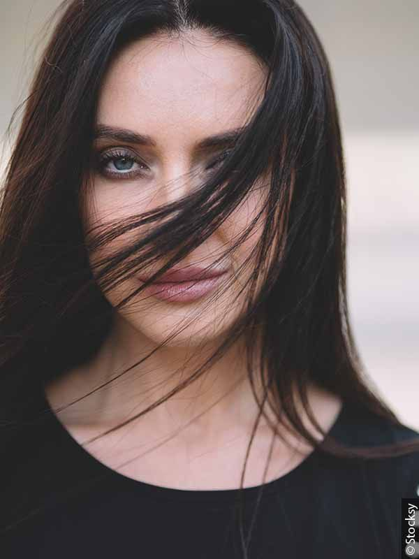 Kobieta o ciemnych długich włosach