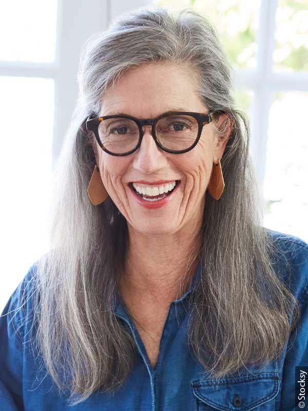Kobieta w okularach i siwych włosach
