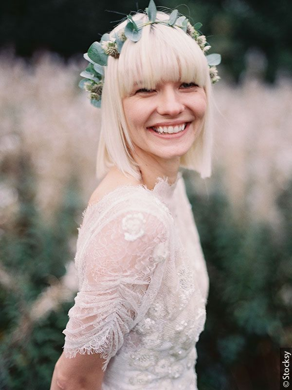 kobieta z krótkimi blond włosami