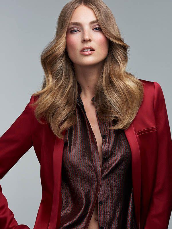 Elegantní večerní styl s dlouhými vlasy.