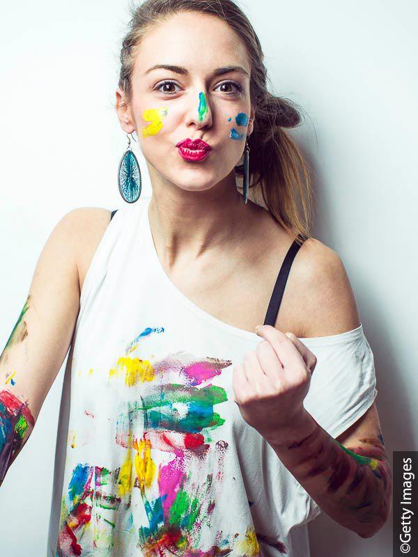 Frau mit Farbflecken