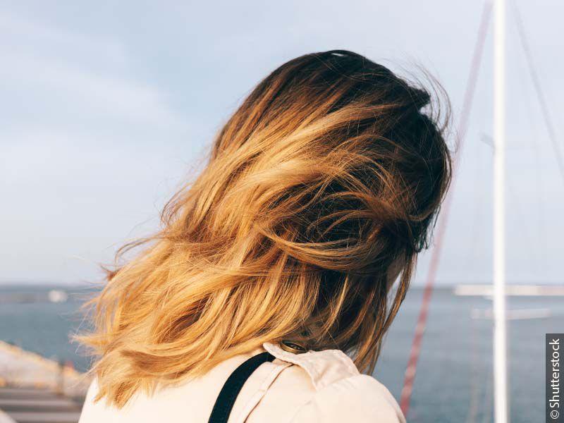 Kobieta z włosami pofarbowanymi metodą flamboyage