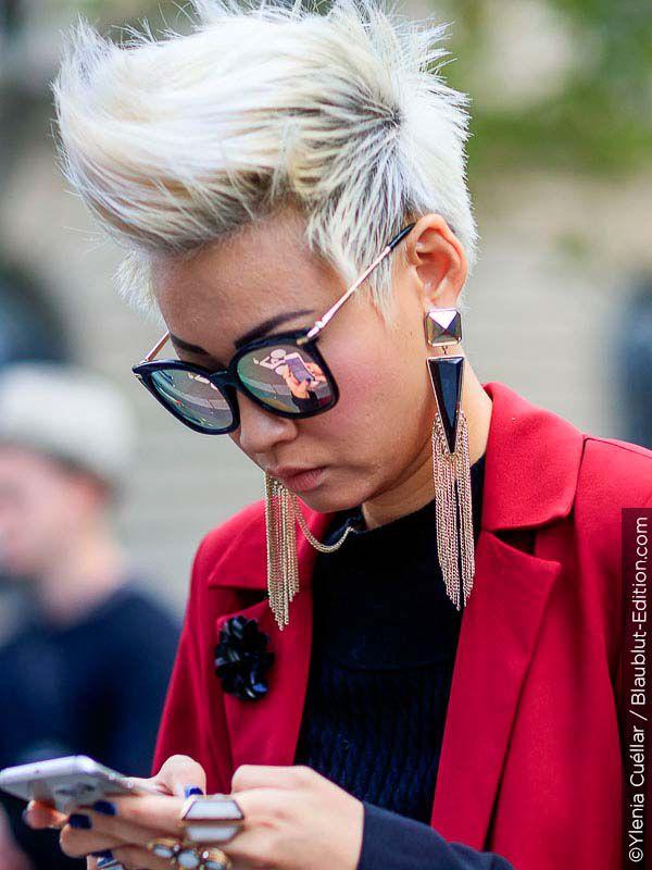 Žena s cool krátkým střihem vlasů.