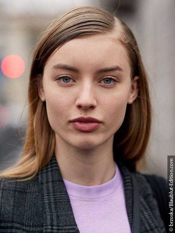 Ženska s pričesko v stilu sleek look, ustvarjeno z likalnikom za ravnanje las