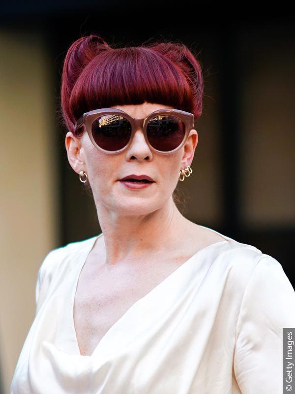 Žena sa baršunasto crvenom bojom kose.