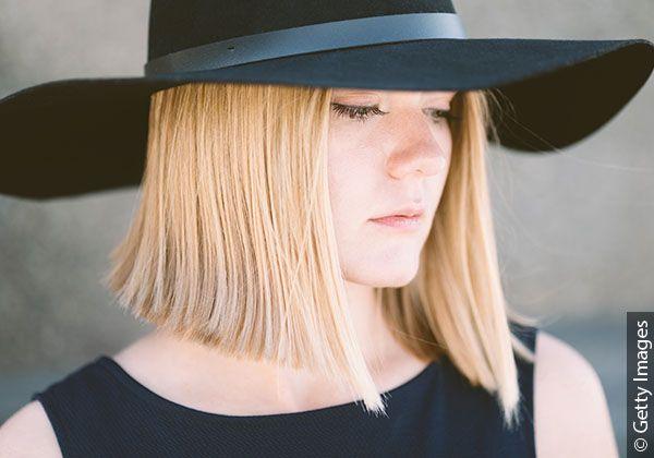 Blondynka w czarnym kapeluszu