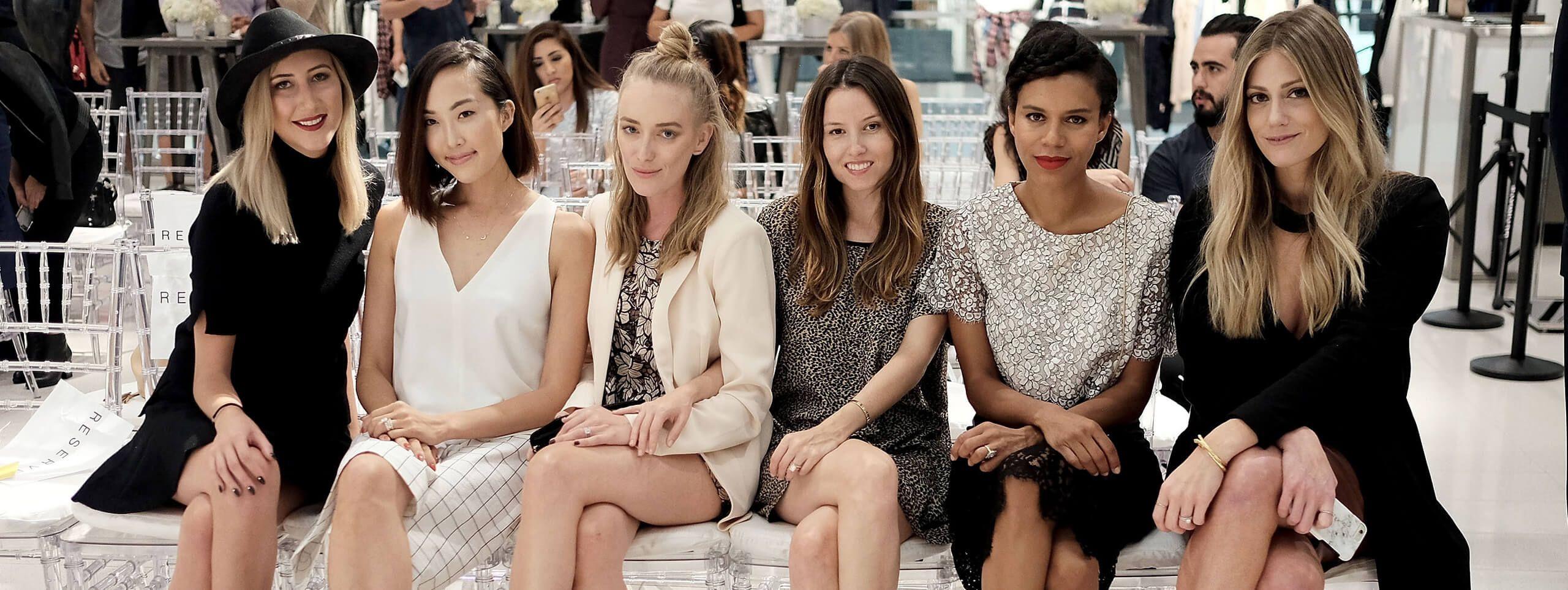 6 femmes assises sur un banc