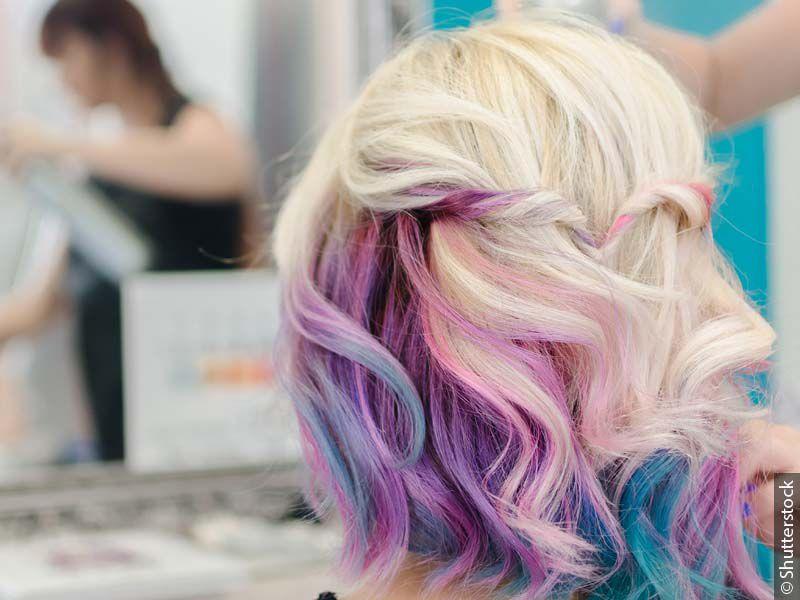 Frau in Rückansicht mit welligem Mermaid-Haar