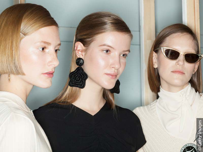 Tri mlade plave žene sa glatkom, veoma sjajnom kosom