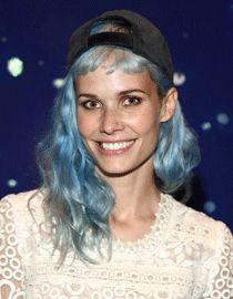 Nanna Øland Fabricius z niebieskimi włosami i czapką z daszkiem