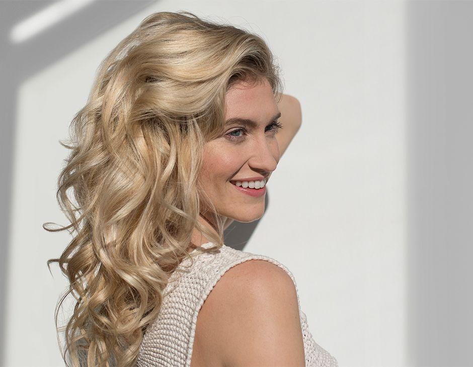 Braune strähnen in blondem haar