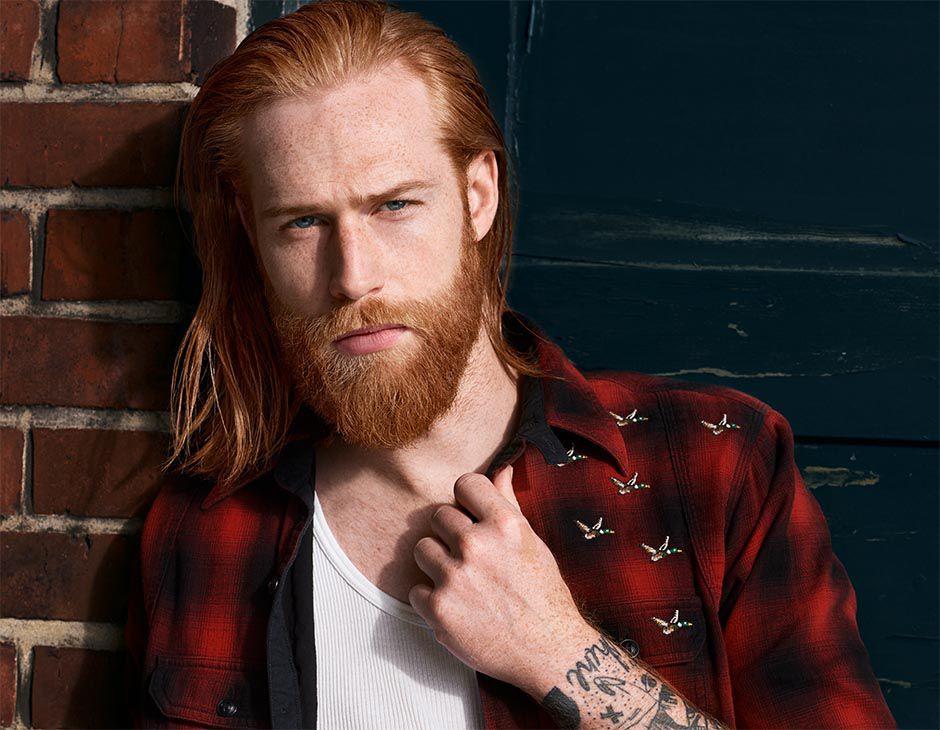 Model Gwilym s plným vousy
