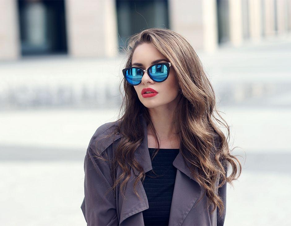 Profilo frontale di una donna con lunghi capelli ondulati
