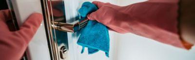Türgriffe putzen und Türgriffe desinfizieren in zwei Schritten
