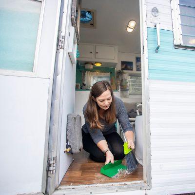 Frau wäscht einen Wohnanhänger