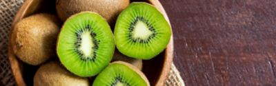 Mehrere Kiwis in einer Obstschale