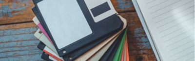 11 aufgefächert liegende Disketten in verschiedenen Farben