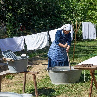Eine Frau wäscht so wie früher