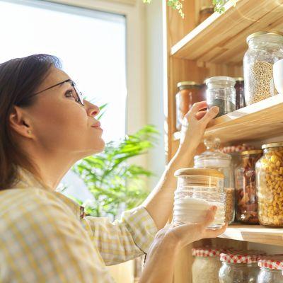 Eine Frau hält ein Glas mit Zucker