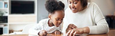Mutter und Kind legen ein Puzzle