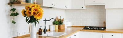 Eine Vase mit Sonnenblumen in einer idealen Küche